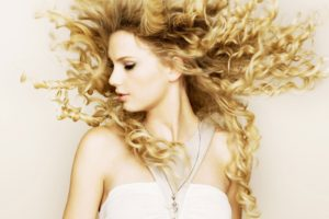 -downloadfiles-wallpapers-1600_1200-valentine039s_day_actress_taylor_swift_7763