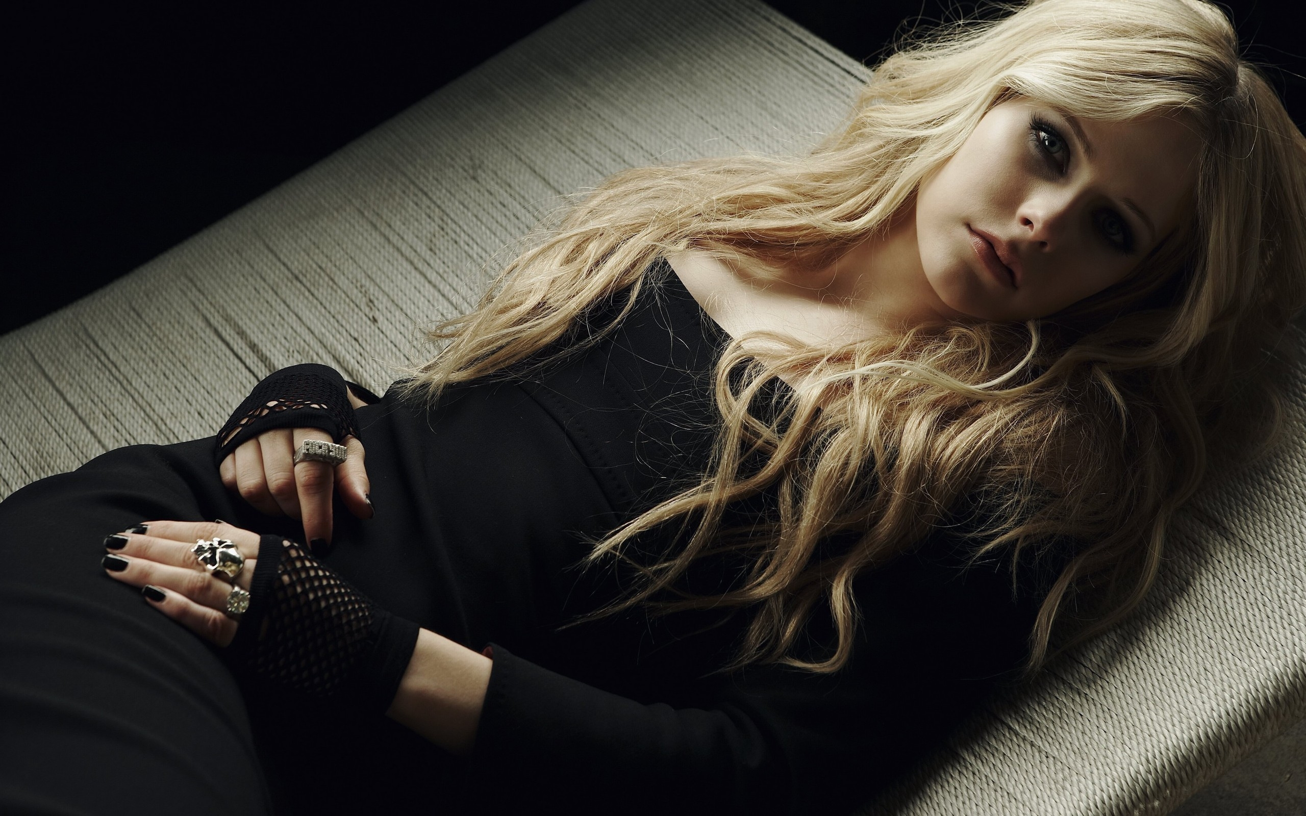avril_lavigne_dress_manicure_rings_hair_3146_2560x1600
