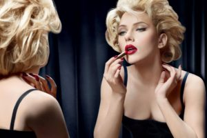 scarlett_johansson_makeup_mirror_reflection_lipstick_64203_2560x1600