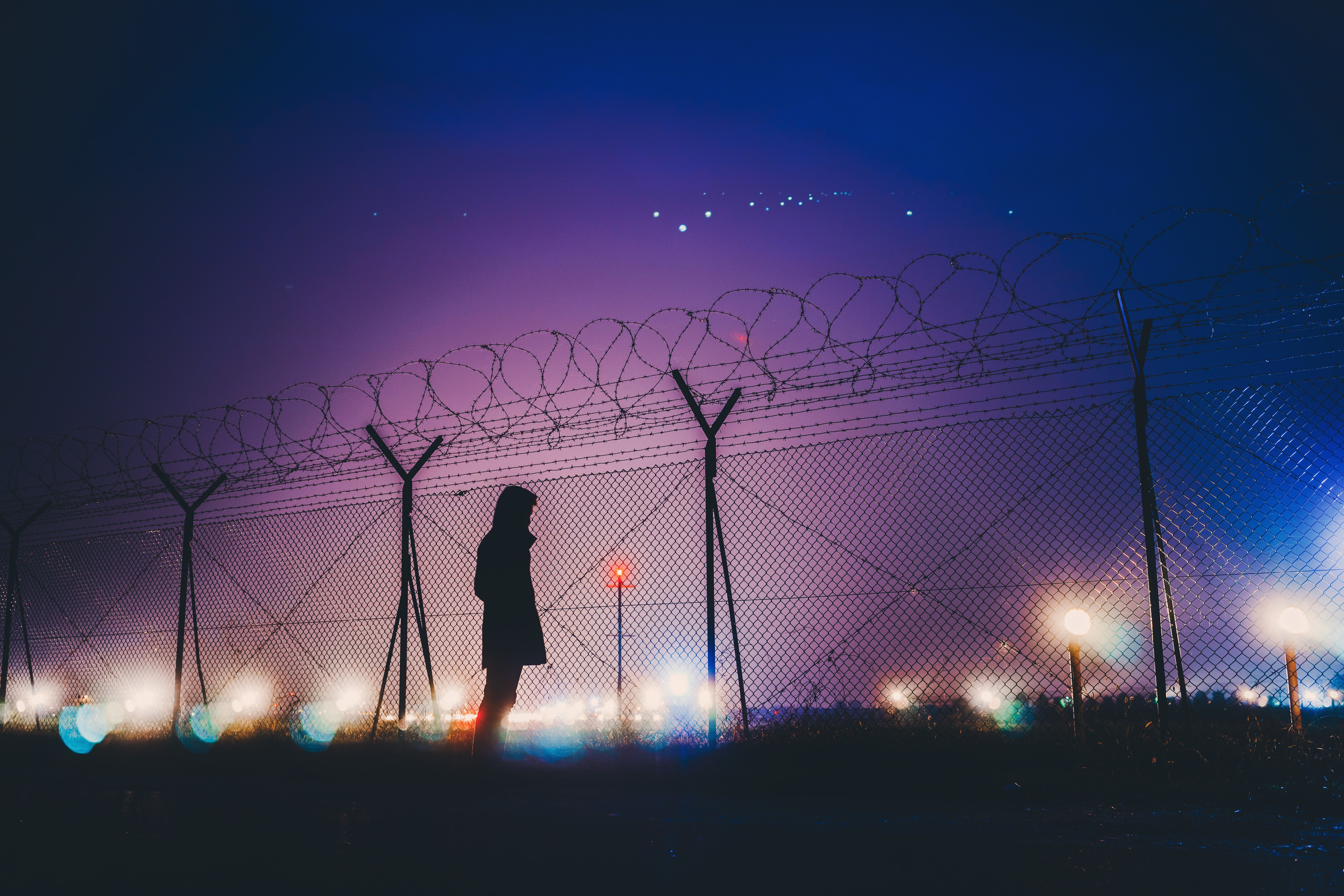 man_silhouette_night_barbed_wire_115312_6000x4000