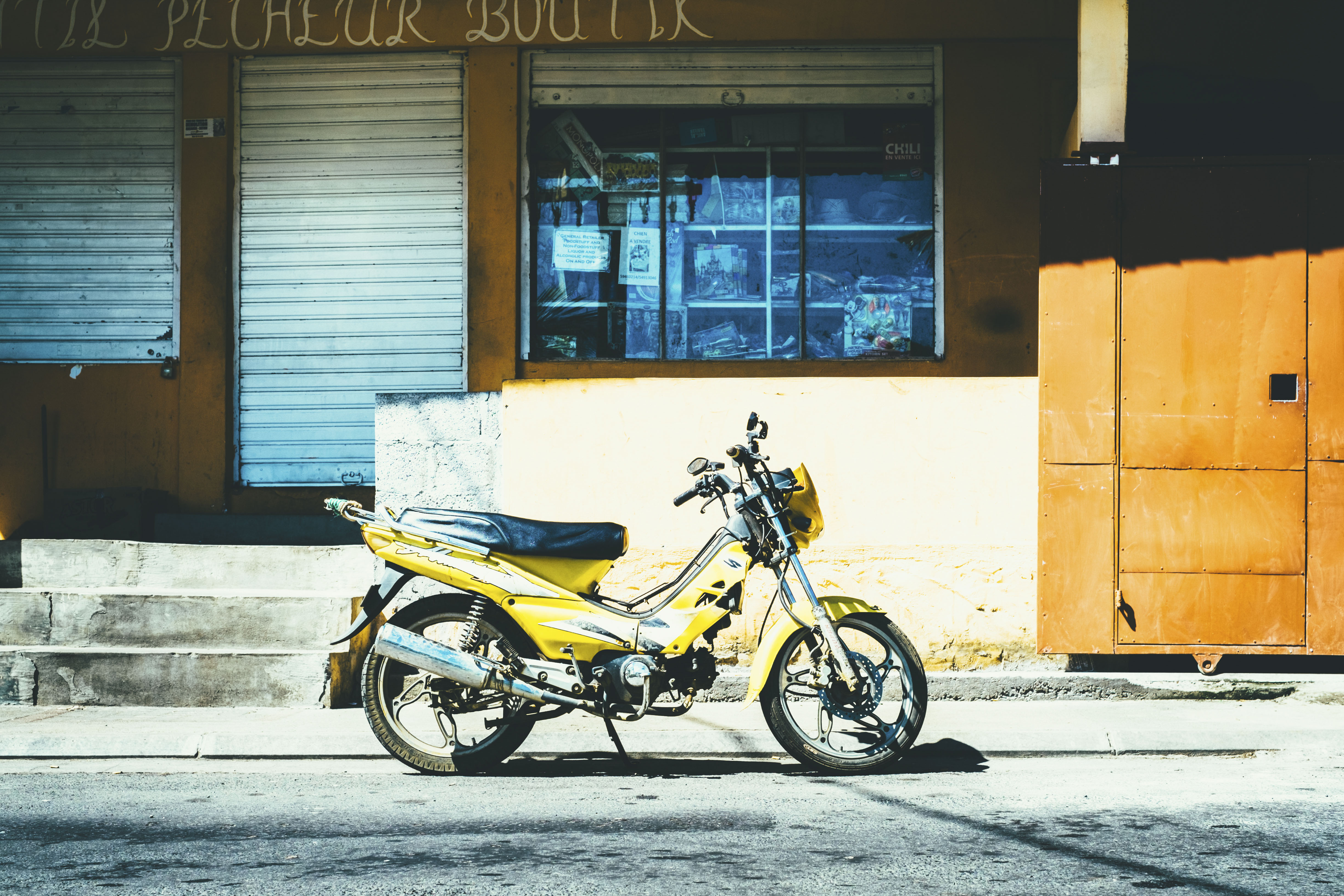 motorcycle_street_yellow_114868_4896x3264