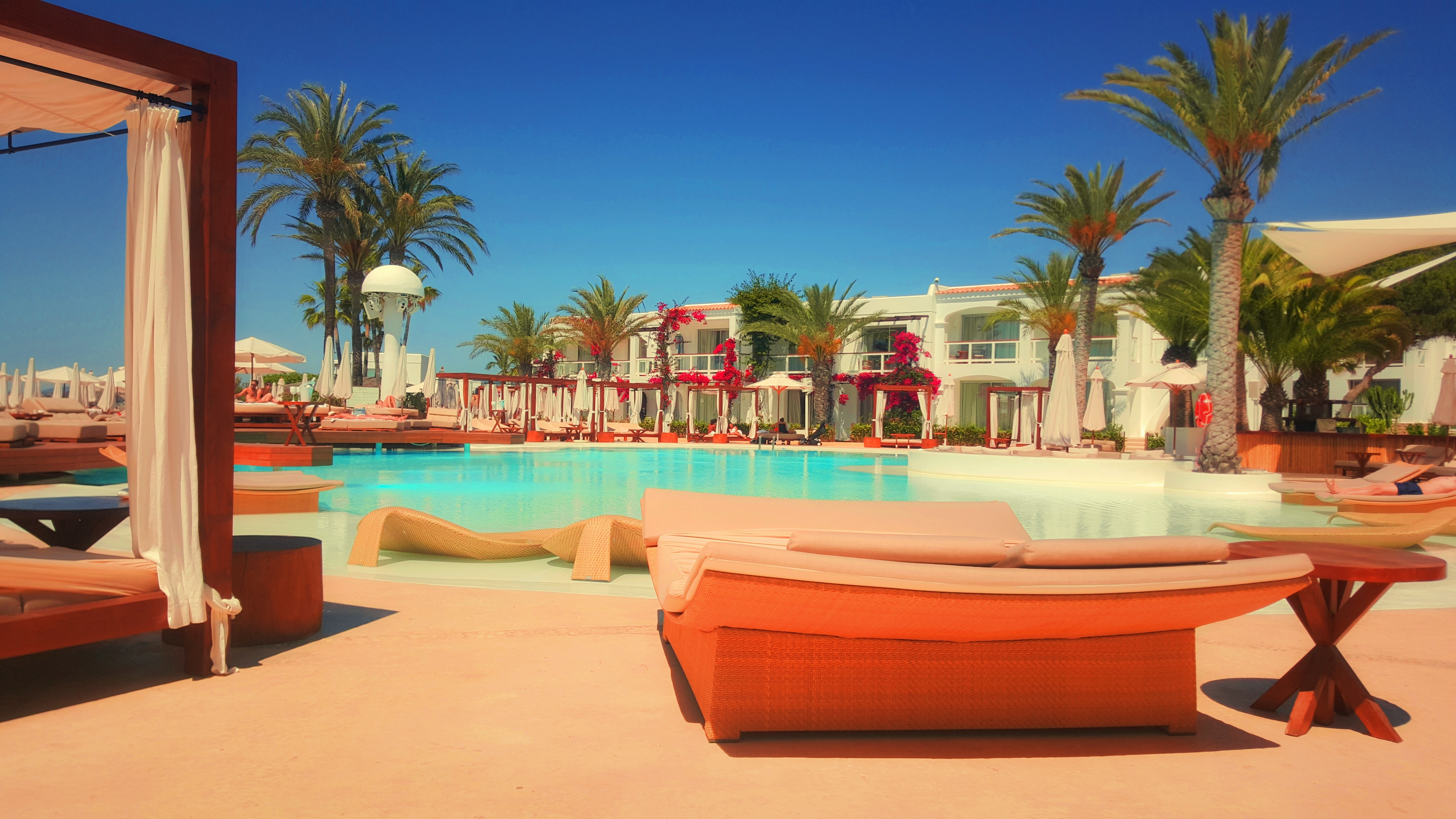 resort_hotel_pool_relaxation_luxury_palm_trees_110912_5312x2988